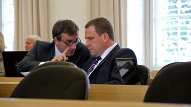 Szenenbild: Herr Wichmann im Gespräch mit einem Abgeordneten Kollegen im Plenarraum