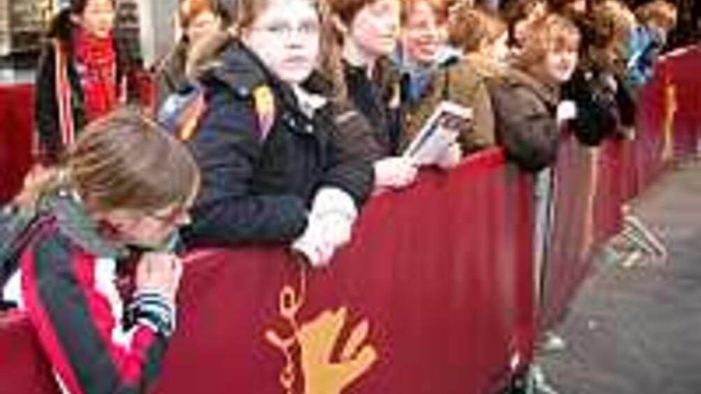Schülerinnen und Schüler am roten Teppich