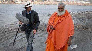 Szenenbild: Ein Reporter mit einem Mann