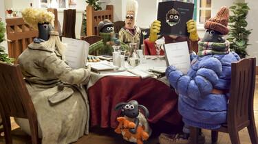 Shaun und seine Freunde in Menschenverkleidung am Tisch eines Nobelrestaurants