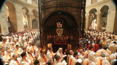 Szenenbild: Zahlreiche Mönche in einer Kirche
