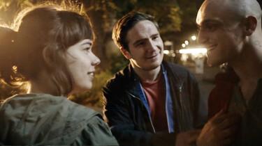 Szenenbild: Victoria, Sonne und ein weiterer junger Mann