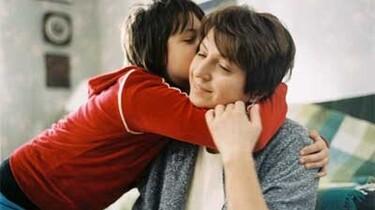 Szenenbild: Ein Mädchen umarmt seine Mutter