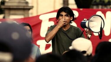 Szenenbild: ein Idigener am Megafon auf einer Demonstration
