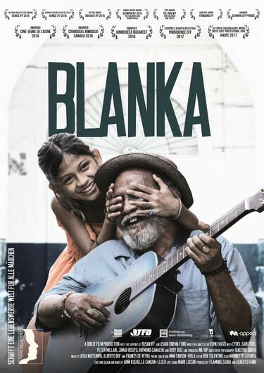 Auf dem Filmplakat sitz ein älterer Mann mit einer Gitarre. Hinter ihm steht ein junges Mädchen und hält ihm lachend die Augen zu.