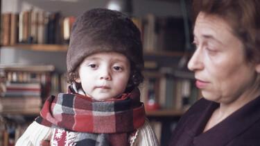 Szenenbild: Adriana als kleines Mädchen mit ihrer Mutter