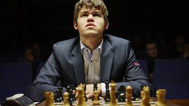 Szenenbild: Magnus Carlsen vor einem Schachbrett