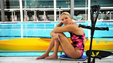 Szenenbild: Schwimmerin Kirsen Bruhn am Beckenrand