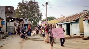 Demo gegen Plastik von Kindern in einem indischen Dorf.