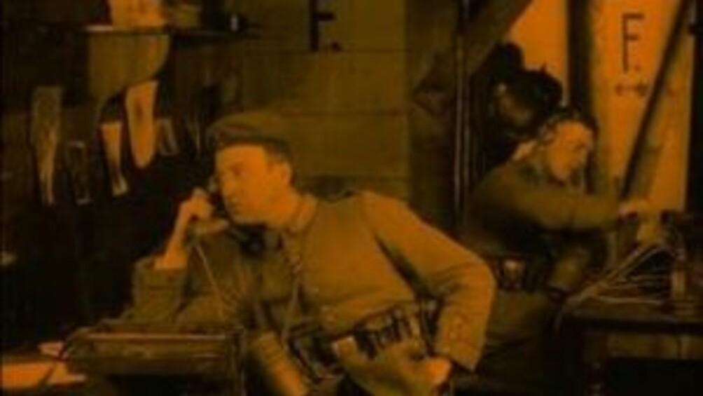 Ein Soldat mit Hörer am Ohr, um einen Feind abzuhören.