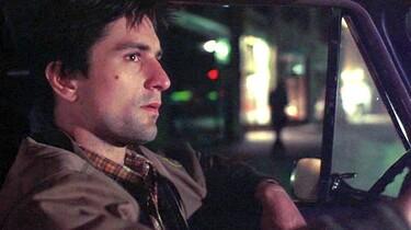 Szenenbild: Robert de Niro als Bickle am Steuer seines Taxis