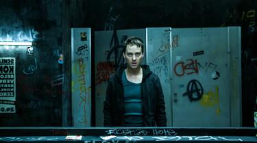 Szenenbild: Benjamin vor einer angemalten Wand