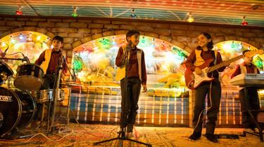 Szenenbild: Die Band beim Auftritt, gelbes Licht