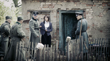 Szenenbild: Soldaten vor der Tür von Madgas Haus