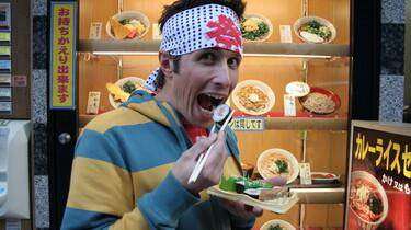 Szenenbild: Der Reporter Willi beim Sushi essen