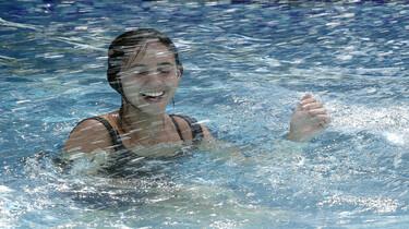 Szenenbild: Jessica im Pool mit Wasser spritzend