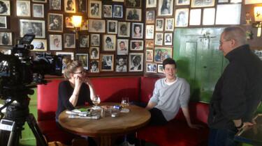 Szenenbild: Die Kinder Michael Althens beim Interview auf einem roten Sofa