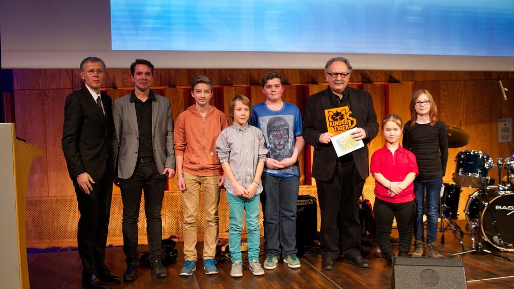 Gruppenbild mit dem Gewinner Milan Dor und Kinderjury