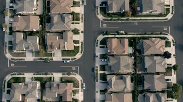 Szenenbild: Luft einer amerikanischen Vorortsiedlung