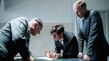 Szenenbild: Elser und zwei Beamte beim Verhör