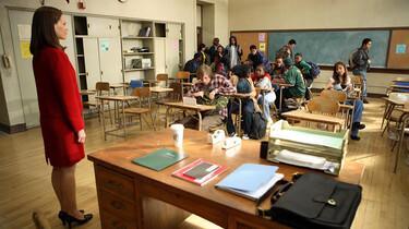 Szenenbild: Lehrerin vor Schulklasse in Unordnung