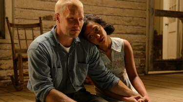 Szenenbild: Richard und Mildred sitzen im Lichtschein auf den Stufen ihrer Veranda, Mildred hat den Kopf an Richards Schulter gelegt