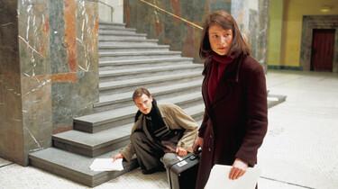 Sophie Scholl und ihr Bruder Hans mit Flugblättern in der Hand.