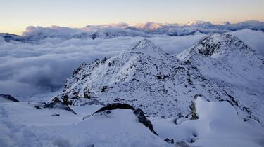 Szenebild: Schneebedeckte Berge von oben