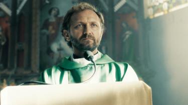 Szenenbild: Adam, der katholische Priester in der Kirche