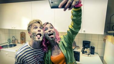 Szenenbild: Phil und seine beste Freundin Kat machen ein Selfie in der Küche, ihre Gesichter sind mit Dekostreuseln bedeckt