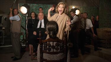 Szenenbild: Probe: Eine blonde Frau schreit, im Hintergrund Filmteam