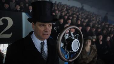 Szenenbild: Der König an einem Mikrofon stehend, im Hintergrund Menshen in einem Stadion sitzend