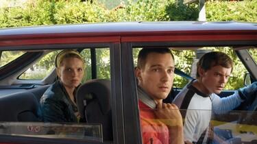 Vincent, Marie und Alex gucken entsetzt aus dem Auto.