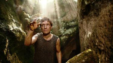 Szenenbild: Frederick Lau als Munk in einer geheimnisvoll strahlenden Höhle