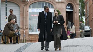 Szenenbild: Ein mAnn und eine Frau gehen auf der Straße