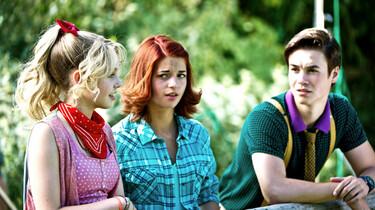 Szenenbild: Bibi und Tina lehnen an einem Zaun und unterhalten sich mit Alexander von Falkenstein