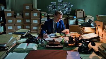 Szenenbild: Der junge Staatsanwalt Johann Radmann bei der Recherche