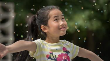 Linh tanzt im Konfetti-Regen