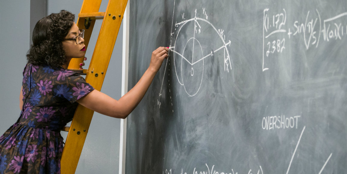 Szenenbild: Dorothy steht auf einer Leiter und schreibt mit Kreide auf einer Tafel