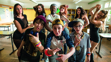 Szenenbild: Basti Hartmann und Dialla mit einigen Damen als Schlussbild eines Musikvideo-Drehs