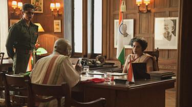 Szenenbild: Mann sitzt an einem Schreibtisch in einem Dienstzimmer einer Frau gegenüber