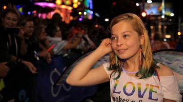 Szenenfoto: Ebony auf einer Gay-Pride Parade