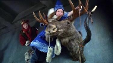 Szenenbild: Zwei Kinder fliegen auf einem Elch