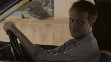 Szenenbild: Ein Mann beim Autofahren