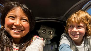 Szenenbild: Robbi und seine Freundin vom Nordpol im Cockpit des Fliewatüüts, im Hintegrund Robbi