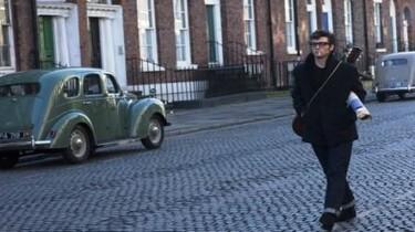 Szenenbild: Ein Junge mit einer Zigarette läut eine gepflasterte Straße entlang