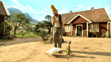 Szenenbild: Pettersson und Findus auf ihrem Hof mit einem weißen Huhn
