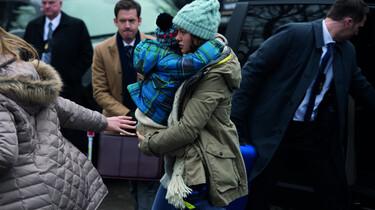 Szenenbild: Ma mit Jack auf dem Arm in Freiheit, im Hintergrund eine Art Medienrummel
