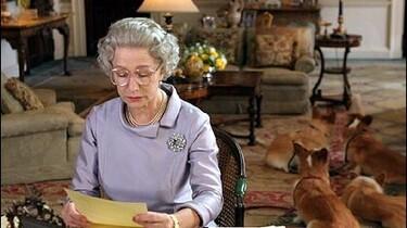 Szenenbild: Helen Mirren als die Queen einen Brief lesend
