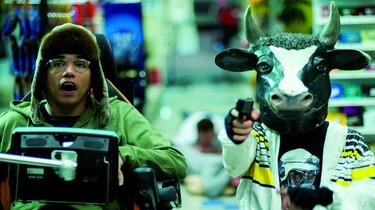 Szenenbild: Valentin und einer seiner Mitbewohner, als Kuh verkleidet, überfallen eine Tankstelle
